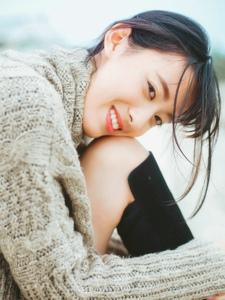齐刘海萌妹子海边度假清爽甜美笑容