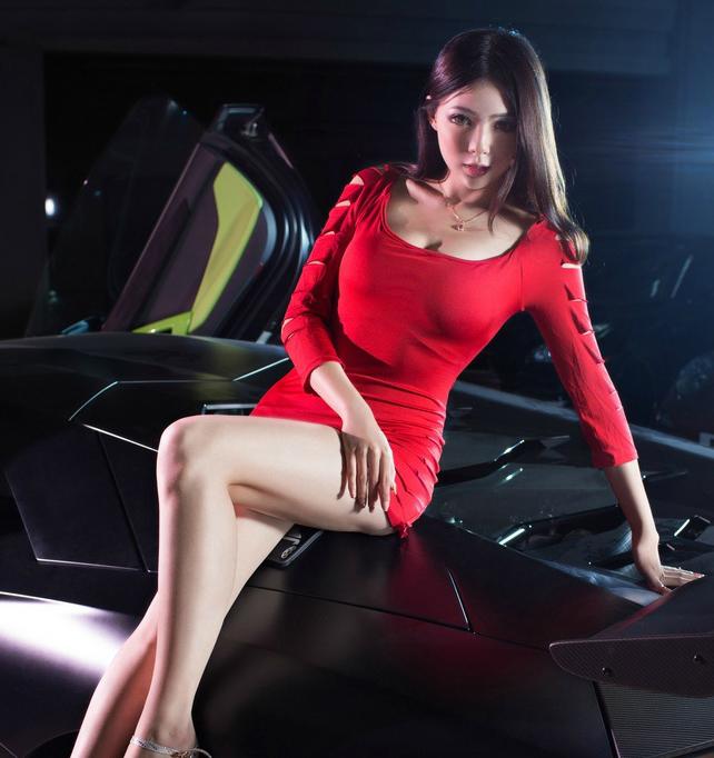 香车美人红色超短裙模特尽显纤细长腿
