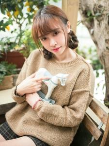 天真萌妹子毛衣短裙温暖娇嫩写真