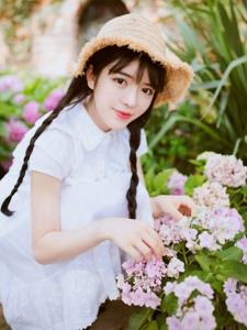 温柔白皙美女麻花辫帽子大眼迷人