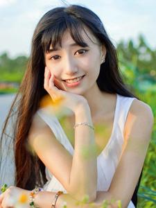 大眼长发刘海美女清纯白衣长裙写真