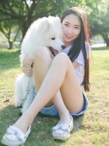 气质美女草地上与狗狗度过阳光午后