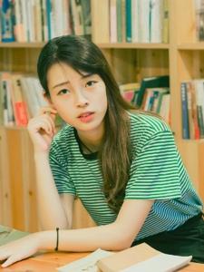 条纹清纯妹子图书馆内笑容甜美可人
