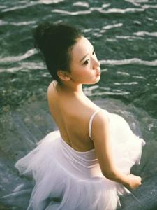 芭蕾舞少女湖边舞裙湿身唯好意境