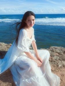 海岛上的白裙气质女神海风秀发飘逸