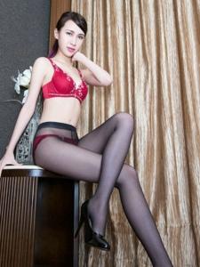 美女stephy室内红色内衣黑丝美腿高跟诱人