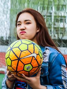 嘻哈少女绿茵草地足球运动写真
