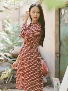 气质女神清新红色格子裙美丽动人