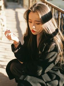 高颜值女神老城区内孤单吸烟娇媚动人
