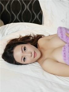 人气模特卓琳妹妹床上翘臀真空写真