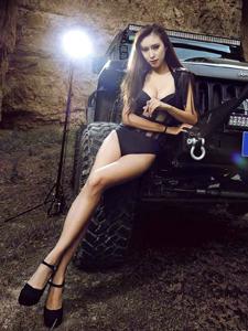 性感车模狂野牧马人演绎美女与野兽