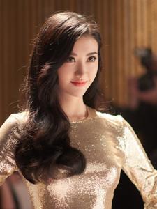 景甜穿金色裙上围突出魅力颜值