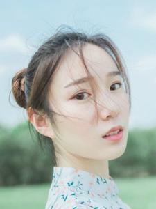 音乐少女乌克丽丽草地浪漫写真