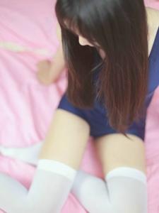 纖細的白絲少女妖嬈身姿散發出粉嫩草莓味