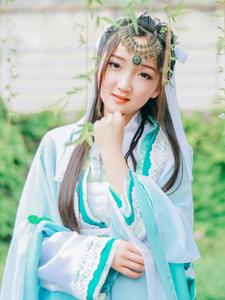 汉服美女树荫下唯美写真甜美迷人