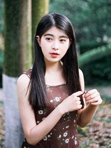 清新少女长裙飘逸意境丛林写真