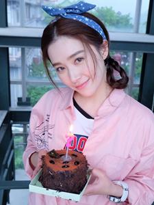 气质美女阚清子手捧蛋糕甜美图片