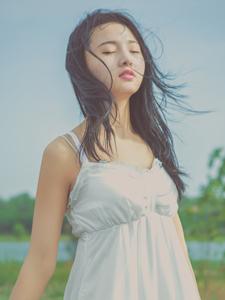 白色长裙少女微风吹拂凌乱发丝唯美写真