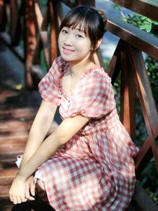 清纯可爱的连衣裙少女户外小清新写真