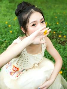 白净可儿的森系少女展示花季里的靓丽风度