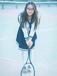 粉白娇嫩的90后校园美女俏皮网球写真