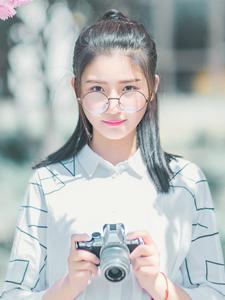 白皙眼镜少女鲜花树下优美写真清新淡雅