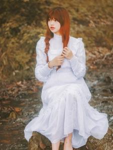 森林户外萌妹子白裙裹体宛如仙女