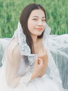 白皙少女绿茵草地梦幻写真薄纱遮面朦胧美