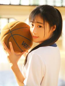 篮球少女室内体育馆活力写真舞动青春