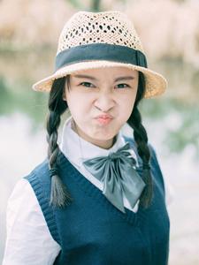 草帽少女湖畔鬼脸写真调皮可爱