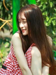 红格子裙靓丽少女秋千上清新漂亮写真