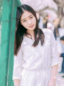 春日樱花下清新白裙安静迷人美女