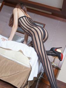 美艳美女连体竖条丝袜美腿酒店私拍