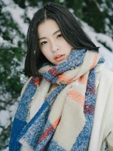 冬日雪地内的养眼美女孤独寂静写真