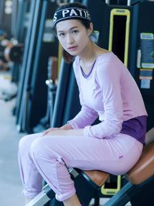 长腿美女健身房活力写真