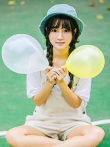 纯真萌妹子可爱甜美与气球玩耍
