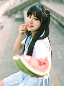 清纯学生妹子夏日西瓜甜美可人