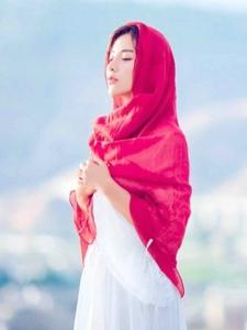 蓝天白云中的红色披肩美女寂寥迷人