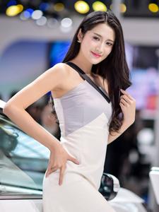 魅力车模高开叉长裙纤细长腿若隐若现
