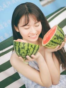 素颜清纯妹子夏日清凉西瓜解渴