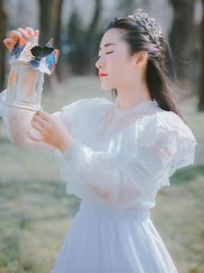 树林里蝴蝶仙子白纱裙轻盈美丽