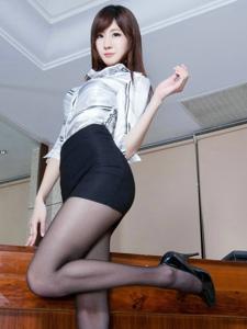黑丝美腿女秘书Queena容光照?#25628;?#33268;清丽