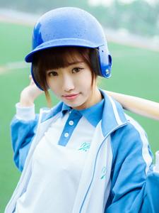 蓝色运动服少女棒球场挥汗写真活力十足