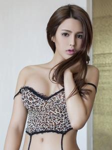 美女嫩模研依豹纹诱惑闺房写真