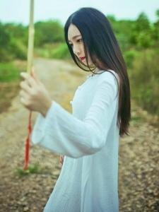 中分气质女神荒野湖边草丛处古风写真