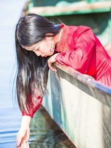 湖边的气质温婉美女红裙寂寞孤独