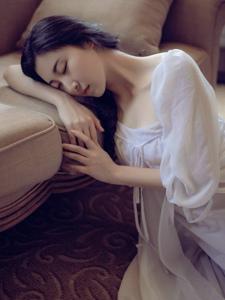 高颜值气质高冷美女私房睡衣孤独写真