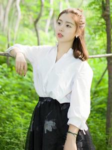 可爱丸子头少女丛林甜美清新写真
