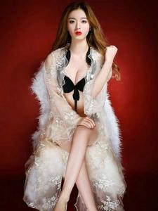 红唇长腿女王白嫩肌肤气质写真