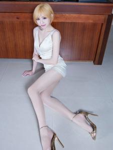短发腿模Lucy白色低胸礼裙长腿魅惑